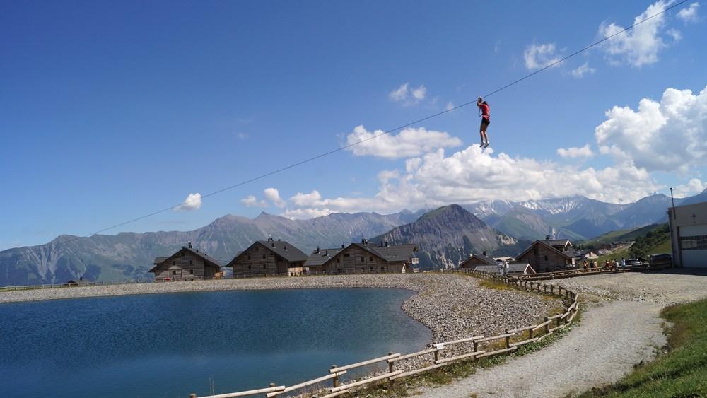 Tyrolienne sur le lac de l'Eriscal © OT